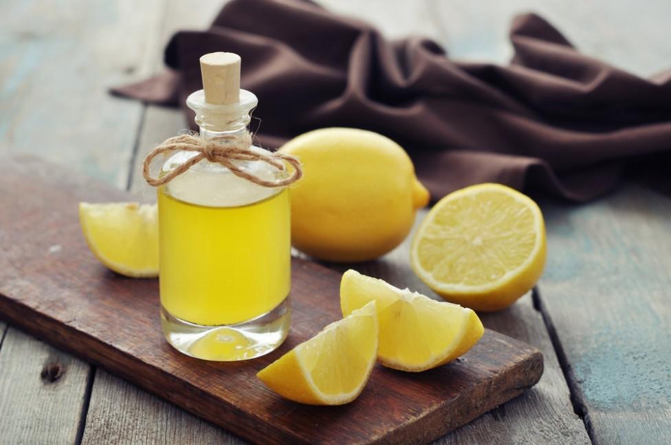 Illuminer ses cheveux avec de l'huile au citron
