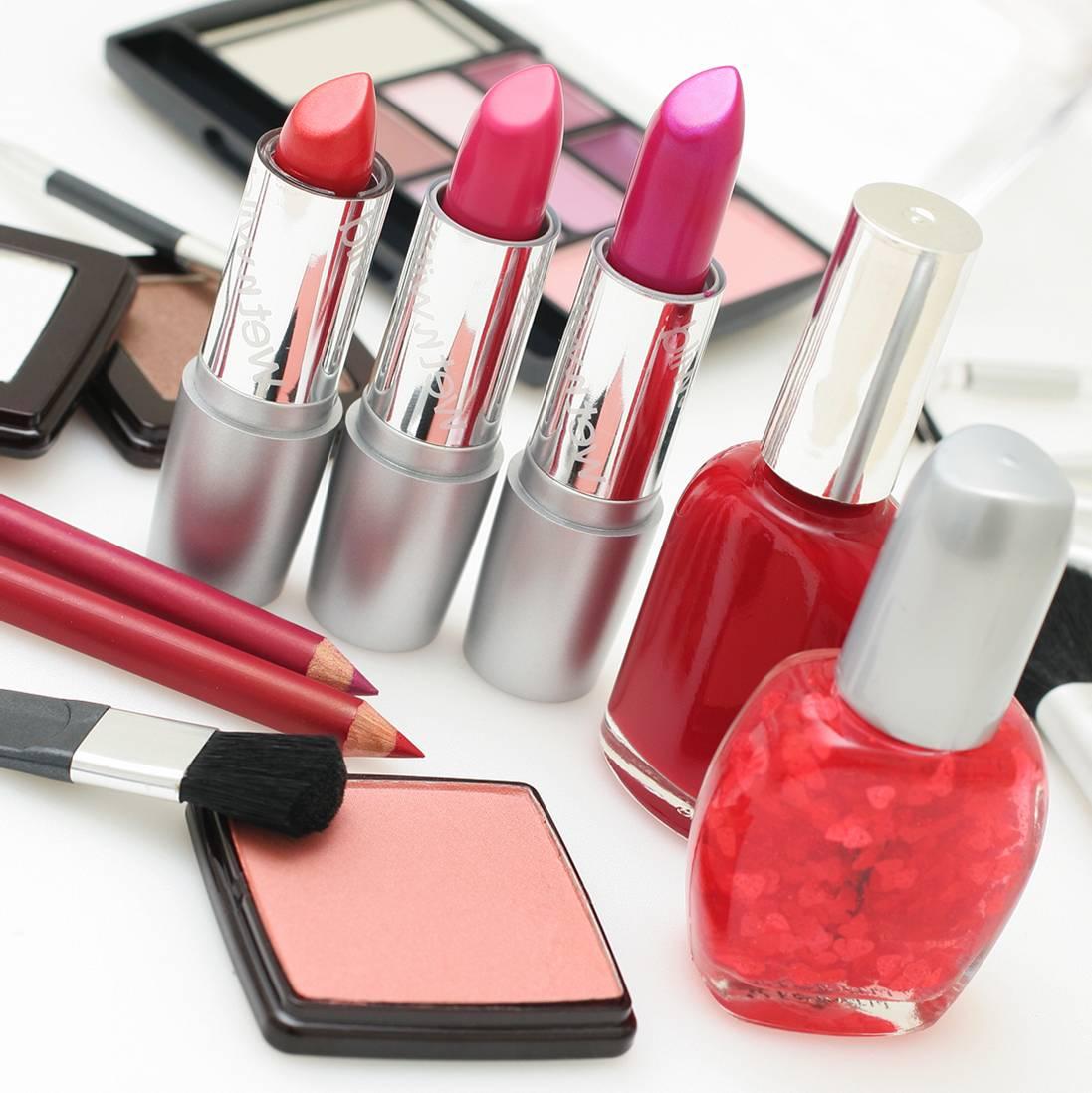 Les indispensables que l'on doit toujours avoir dans sa trousse de toilette pour le maquillage du visage